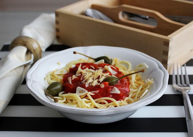 bezglutenowe-spaghetti-z-kaparami-i-płatkami-czosnku-72dpi